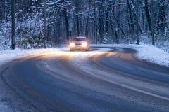 Guidando nella neve Immagine Stock