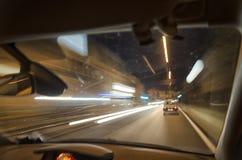 Guidando nella notte Fotografie Stock Libere da Diritti