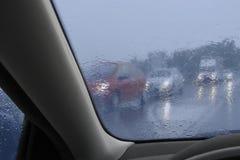 Guidando nella pioggia Immagini Stock