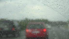 Guidando nella pioggia stock footage