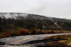 Guidando nella pioggia della montagna Fotografie Stock
