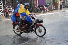 Guidando nella pioggia, il Vietnam Fotografie Stock Libere da Diritti