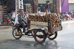 Guidando nella pioggia, il Vietnam Fotografia Stock