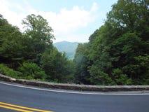 Guidando nelle montagne fotografie stock