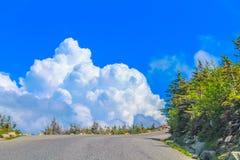 Guidando nelle nuvole alla cima della montagna immagine stock libera da diritti