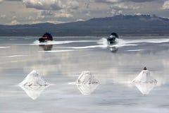 Guidando a Salar de Uyuni fotografia stock libera da diritti