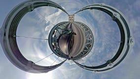 Guidando sopra il ponte di Menai in Galles del nord verso Anglesey - il Regno Unito stock footage
