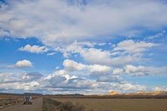 Guidando sotto il cielo nuvoloso immagini stock