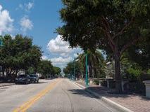Guidando sotto la strada del sud di Florida dei cieli blu Fotografia Stock Libera da Diritti