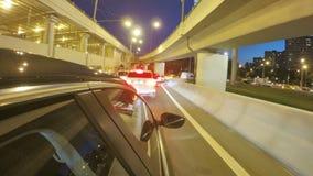 Guidando in strada principale della città di notte con ingorgo stradale sul bivio Timelapse vago Vista dall'esterno della cabina archivi video