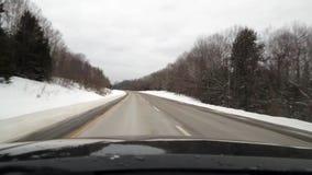 Guidando su da uno stato all'altro nell'est del nord durante l'inverno video d archivio