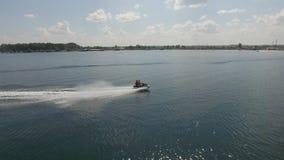 Guidando su un jet ski video d archivio