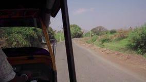Guidando su un veicolo in India stock footage