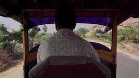 Guidando su un veicolo in India video d archivio