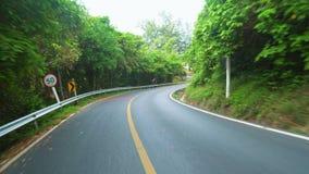 Guidando su una strada asfaltata in un paese tropicale caldo con le palme video d archivio