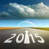 Guidando su una strada asfaltata vuota in avanti a nuovo 2015 Fotografia Stock Libera da Diritti