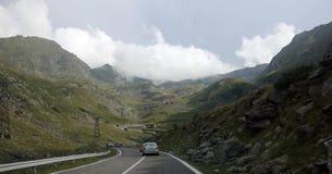 Guidando su una strada delle montagne Fotografia Stock Libera da Diritti