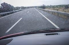 Guidando su una strada principale nella pioggia Fotografia Stock Libera da Diritti