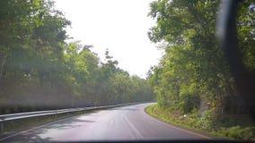 Guidando su una strada rurale in pioggia con i tergicristalli stock footage