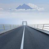 Guidando su una strada vuota della montagna attraverso il ponte Fotografia Stock Libera da Diritti