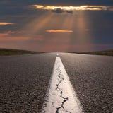 Guidando su vuoto apre la strada verso il tramonto Fotografia Stock