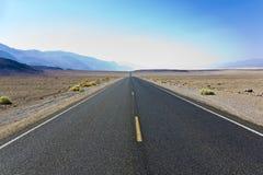 Guidando sui 187 da uno stato all'altro in Death Valley Immagine Stock