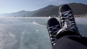 Guidando sui pattini Pattinando su un lago congelato archivi video