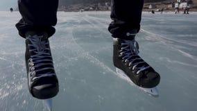 Guidando sui pattini Pattinando su un lago congelato video d archivio