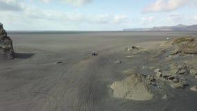 Guidando sul metraggio nero del fuco della sabbia stock footage
