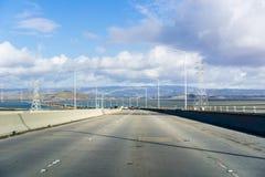Guidando sul ponte di Dumbarton che collega Menlo Park a Newark fotografia stock libera da diritti