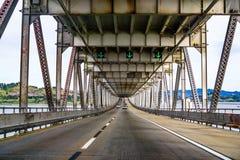 Guidando sul ponte John F di San Rafael - di Richmond Ponte commemorativo di McCarthy, San Francisco Bay, California immagine stock libera da diritti