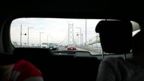 Guidando sul ponte lungo stock footage