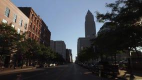 Guidando sul san ad ovest Clair Avenue a Cleveland archivi video