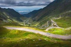 Guidando sulla strada principale alpina al giorno soleggiato Immagine Stock
