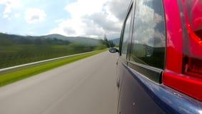 Guidando sulla strada principale nelle montagne video d archivio