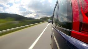 Guidando sulla strada principale nelle montagne archivi video