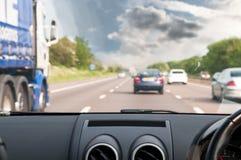 Guidando sulla strada, vista da un'automobile immagini stock libere da diritti