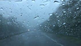 Guidando sulla superstrada in maltempo video d archivio