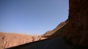 Guidando sulla valle della gola di Dades, il Marocco video d archivio