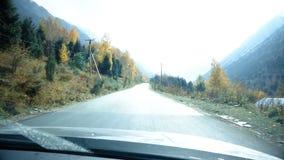 Guidando sulle montagne di Snowy stock footage