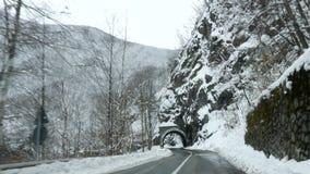 Guidando tramite il tunnel scuro con i ghiaccioli poi che escono in montagne archivi video
