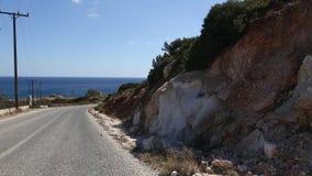 Guidando tramite un motociclo le strade tortuose dell'isola di Milo stock footage