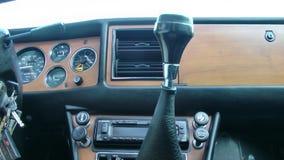 Guidando in un'automobile d'annata del maschio archivi video