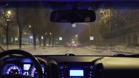 Guidando in un'automobile nella città di notte nell'inverno vista dalla carrozza archivi video