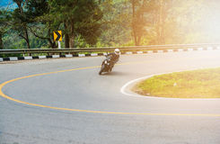 Guidando un motociclo sulla strada Fotografie Stock