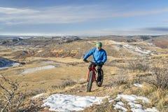 Guidando una bici grassa sulle colline pedemontana di Colorado Fotografia Stock
