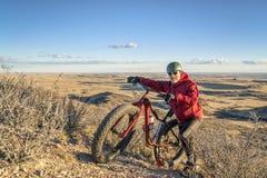 Guidando una bici grassa sulle colline pedemontana di Colorado Fotografie Stock