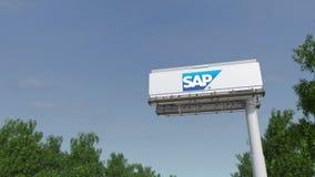 Guidando verso il tabellone per le affissioni di pubblicità con il logo del Se di SAP 3D editoriale che rende clip 4K archivi video