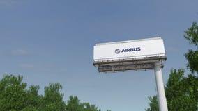 Guidando verso il tabellone per le affissioni di pubblicità con il logo di Airbus 3D editoriale che rende clip 4K video d archivio