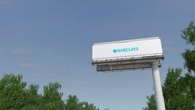 Guidando verso il tabellone per le affissioni di pubblicità con il logo di Barclays 3D editoriale che rende clip 4K illustrazione di stock